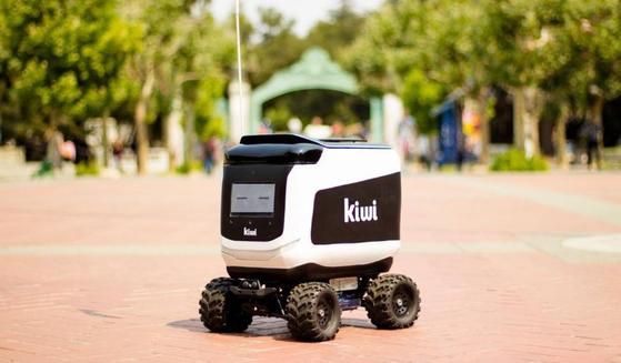 미 캘리포니아대 버클리캠퍼스에서 무인배송 서비스중인 키위봇. [사진=씨넷]