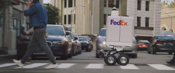 올 여름 멤피스에서 시범서비스가 예정된 페덱스의 무인 배송로봇 세임데이봇. [사진=유튜브]