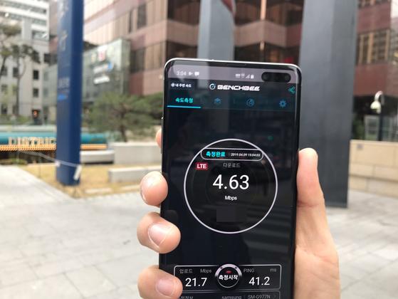 9일 오후 3시 4분 서울 을지로 부영빌딩 앞에서 5G 폰으로 이동통신 속도를 재보려 했지만, 정작 LTE만 측정 가능했다. 김영민 기자