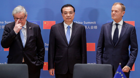 리커창 중국 총리(가운데)가 중국-유럽 정상회의에서 당초의 예상을 깨고 공동성명에 합의하며 중국의 유럽 끌어안기에 중요한 진전을 이뤘다. [REUTERS=연합뉴스]