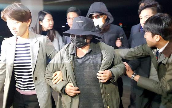 거액의 사기혐의를 받고 있는 래퍼 마이크로닷의 부모가 8일 밤 충북 제천경찰서로 압송되고 있다.[뉴스1]