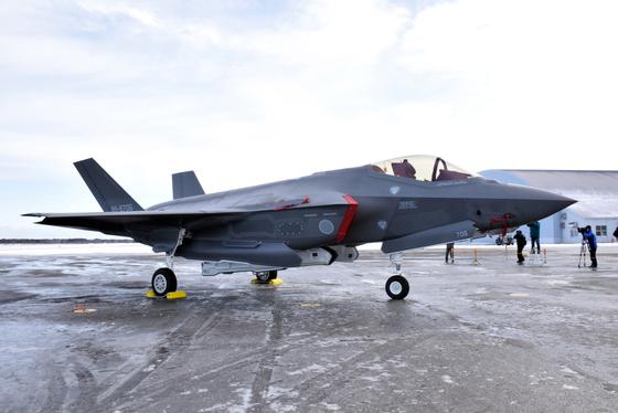 지난해 1월 26일 일본 아오모리현 항공자위대 미사와기지에 배치된 F-35A 스텔스 전투기가 언론에 공개됐다. [EPA=연합뉴스]