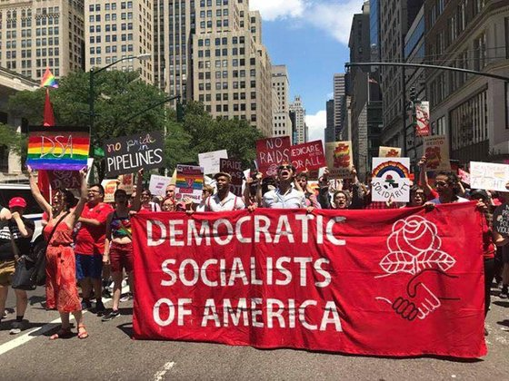 미국 최대 사회주의단체 '미국민주적사회주의자(DSA)' 거리 행진모습. DSA의 회원은 2016년 5000명에서 최근 5만6000명으로 늘었다. [사진 DSA페이스북]