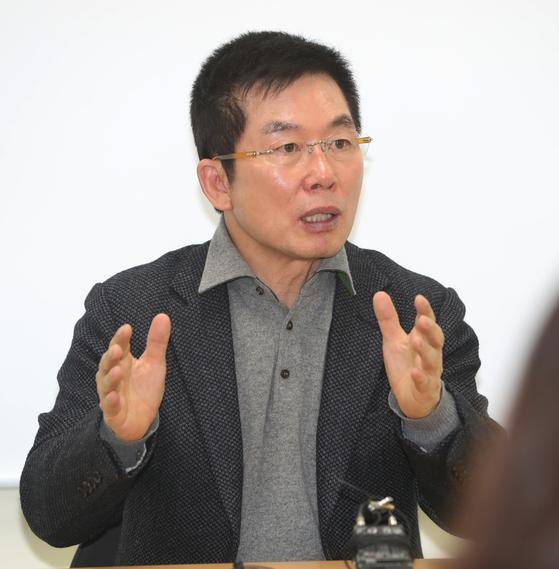 최신규 전 손오공 회장이 지난달 14일 오후 경기도 부천시 손오공빌딩에서 열린 기자회견에서 갑질 논란과 관련해 입장을 밝히고 있다. [뉴스1]