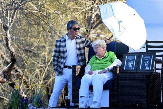 지난달 24일 LPGA 투어 뱅크 오브 호프 파운더스컵 최종 라운드 대회장에 후배들을 격려하기 위해 관전하러 온 마릴린 스미스(가운데). [AFP=연합뉴스]
