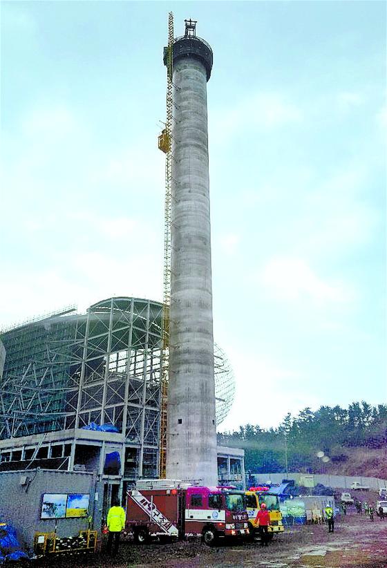 굴뚝 승강기 멈춰 7명 고립됐다 구조