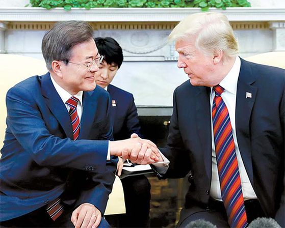 문재인 대통령이 지난해 5월 백악관에서 도널드 트럼프 미국 대통령과 악수하고 있다. [중앙포토]