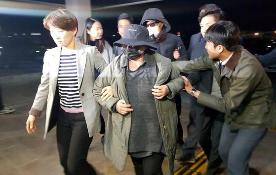 거액의 사기혐의를 받고 있는 래퍼 마이크로닷(본명 신재호·25)의 부모가 지난 8일 오후 충북 제천경찰서로 압송되고 있다. [뉴스1]