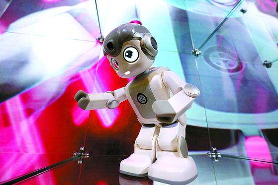 9일(현지시간) 미국 네바다주 라스베이거스 컨벤션센터에서 열린 '2019 국제전자제품박람회(CES)' 유비테크 부스에 휴머노이드 로봇 알파 미니가 전시돼 있다. [중앙포토]