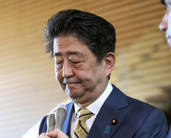 """11일 총리관저에 출근한 아베 신조 일본 총리가 전날 단행된 사쿠라다 올림픽담당상 경질과 관련 """"내각 전체에 대한 신뢰를 회복해 나가겠다""""는 입장을 밝히고 있다. [AP=연합뉴스]"""