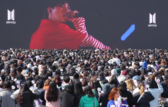 지난 3월 23일 오후 서울 마포구 문화비축기지에서 열린 방탄소년단 팬미팅 행사 '아미 유나이티드 인 서울(ARMY UNITED in SEOUL)'에 방탄소년단 팬클럽 1만 명이 운집해 있다.[연합뉴스]
