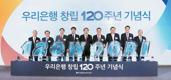 우리은행은 경영목표를 '120년 고객동행, 위대한 은행 도약'으로 정하고 대한민국 1등 종합금융그룹 달성과 세계가 주목하는 글로벌 강자로 도약하기 위해 다양한 사업을 펼치고 있다. 사진 가운데가 손태승 우리금융그룹 회장. [사진 우리은행]