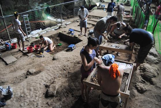 다국적 연구팀이 2011년 8월 9일(현지시간) 필리핀 루손 섬 북부 칼라오 동굴에서 발굴 작업을 하고 있다. [AFP=연합뉴스]
