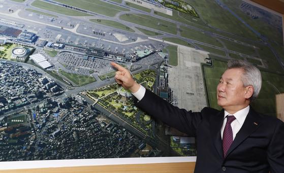 지난 3월 24일 취임 100일을 맞은 손창완 한국공항공사 사장이 공항 산업의 미래에 대해 설명하고 있다. [중앙포토]