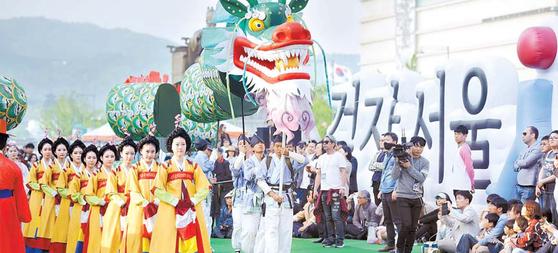 27일 개막하는 '궁중 문화축전'은 서울의 5 대 궁궐과 종묘에서 펼 쳐지는 봄 축제다. 사진 은 지난해 '광화문 신 산대놀이' 공연. [사진 한국문화재재단]