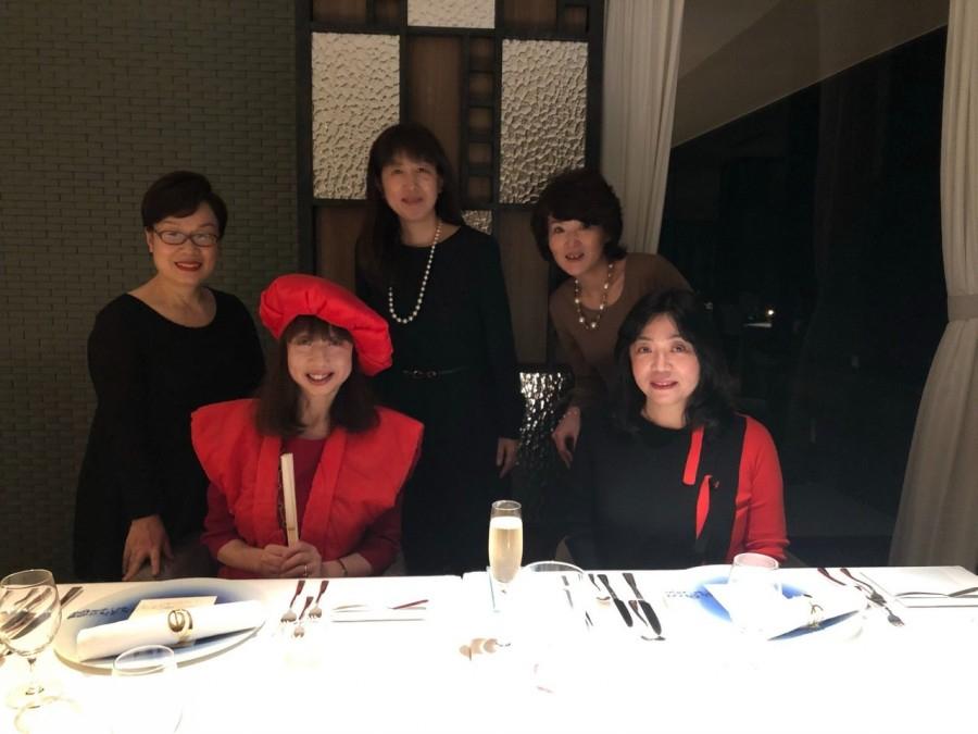 일본에서 '환갑' 하면 떠올리게 되는 '찬찬코'를 입고 기념촬영. 빨간색 톤의 원피스와 잘 어울렸다. 옛날에는 환갑 하면 노인을 상상했지만, 노인이라고 하기엔 너무나도 젊은 60세이다. [사진 양은심]
