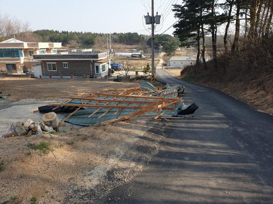 지난 4일 강풍에 날아온 주택 지붕 등에 맞아 숨진 박석전(70·여)씨 사고 현장. [사진 유족 제공]