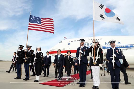 문재인 대통령과 부인 김정숙 여사가 10일(현지시간) 미국 워싱턴 앤드류스 공군기지에 도착해 공군 1호기에서 내리고 있다. [청와대 페이스북]