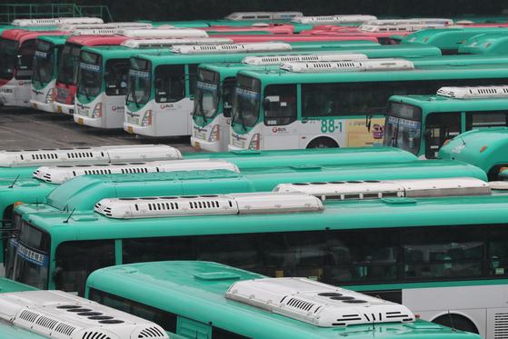 주 52시간 관련 대책이 추진되지 않으면 시내버스 대란이 벌어질 수 있다. 사진은 지난해 9월 용남고속 노조 파업 때 차고지에 서 있는 버스. [중앙포토]