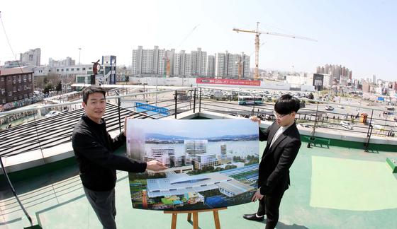 충남 천안시 와촌동 도시재생 뉴딜사업지구에서 천안시 관계자가 사업추진 계획을 설명하고 있다. 이곳에는 2022년까지 6219억원의 예산이 투입된다. 프리랜서 김성태