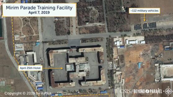미국 CSIS 산하 북한전문매체인 비욘드 패럴렐은 지난 7일 촬영된 위성사진을 토대로 평양 미림 열병식 훈련장 주변으로 군차량 이동이 감지됐다고 전했다. 사진은 훈련장 인근 4.25호텔 주변에 주차된 군차량 모습. [사진 비욘드 패럴렐 웹사이트 갈무리]
