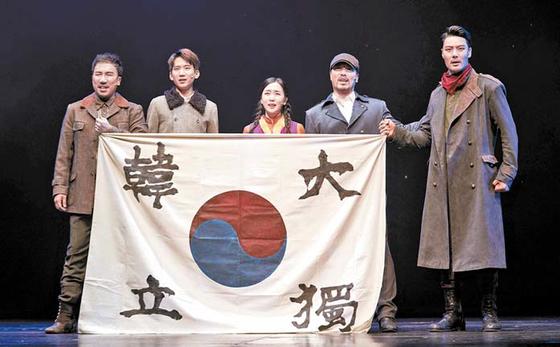 안중근 의사의 마지막 1년을 조명한 창작 뮤지컬 '영웅'의 한 장면. 2009년 초연해 올해로 개막 10주년을 맞았다. 오는 21일까지 세종문화회관 대극장에서 공연한다. [사진 에이콤]