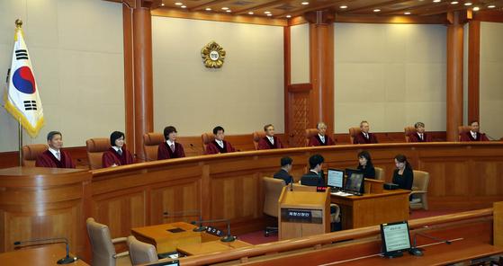 11일 오후 서울 종로구 헌법재판소 대심판정에 재판관들이 입장하고 있다. 임현동 기자