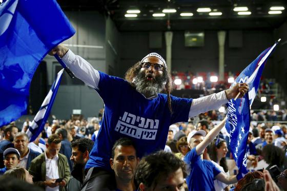 베냐민 네타나후 총리가 이끄는 리쿠드당 지지자들이 10일(현지시간) 총선 개표가 진행되는 동안 승리를 확신하며 환호하고 있다. [AP=연합뉴스]