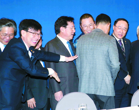 """'가운데로"""" 한노총위원장 등 떠미는 김상조"""