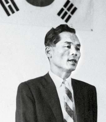 신용호 창업주는 민족자본가의 꿈을 키워 '교육 이 민족의 미래'라는 신념으로 교보생명을 설립 했다. 사진은 1958년 8월 7일 개업식에서 모습.