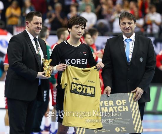 강전구는 지난 1월에 열린 제26회 세계남자핸드볼선수권 단일팀 대표팀에 승선해 깊은 인상을 남겼다. 세르비아와 경기에서 경기 MVP를 수상한 강전구의 모습.