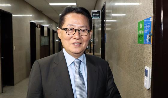 박지원 민주평화당 의원이 9일 오후 서울 여의도 국회에서 열린 비공개 의원총회에 참석하고 있다. [뉴스1]