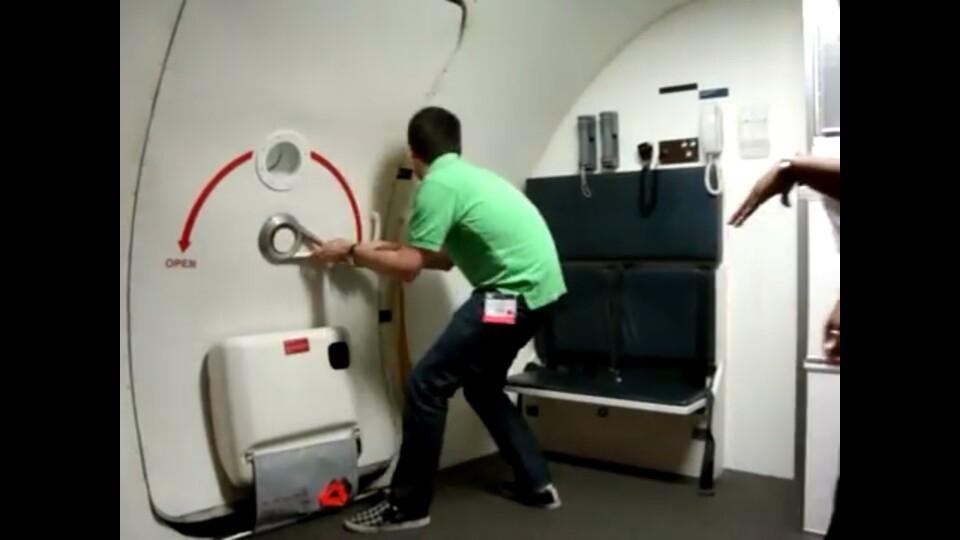 비상구 좌석에 앉는 승객은 유사시 비상구를 열고 다른 승객의 대피를 도와야 한다. [블로그 캡처]