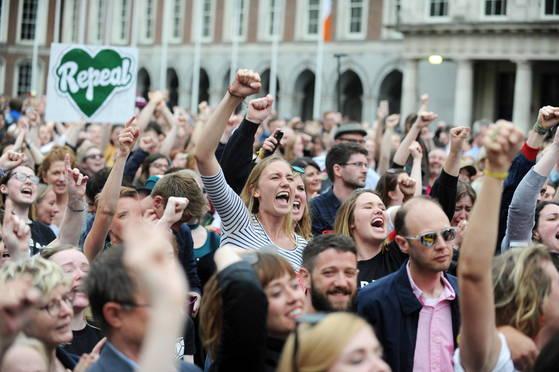 지난해 5월 아일랜드는 국민투표를 통해 낙태죄를 폐지했다. 투표 결과가 나오자 환호하는 시민들의 모습.[EPA=연합뉴스]