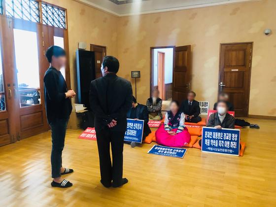 11일 경교장 내부에서 밖으로 이동해달라고 요구하는 서울시 관계자와 백범사상실천운동연합 회원들이 언쟁을 벌이고 있다. 남궁민 기자