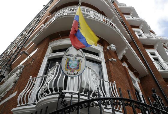 위키리크스 설립자 줄리안 어산지가 2012년부터 망명 생활을 해온 영국 런던 주재 에콰도르 대사관. [AP=연합뉴스]
