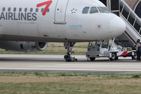 지난 9일 착륙 과정에서 앞바퀴가 파손된 아시아나 여객기가 광주공항 활주로에 멈춰서 있다. 사고 당시 승객 111명이 타고 있었는데 부상자가 없는 것으로 전해졌다. 아시아나항공의 유동성 위기는 금호그룹 전체로 퍼져가고 있다. [연합뉴스]