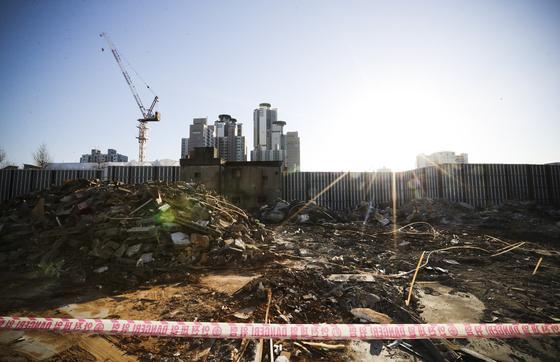 옐로하우스의 상가 건물 잔재 너머로 고층 아파트가 보인다. 김경록 기자