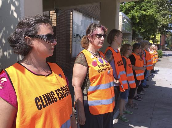 미국 켄터키주의 유일한 낙태 클리닉 앞에 나란히 서서 환자를 기다리는 '클리닉 에스코트'들의 모습. [사진 AP=연합뉴스]