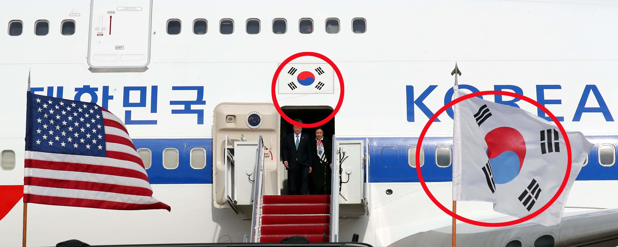 문재인 대통령이 한미정상회담을 위해 11일 오전(현지시간) 미국 앤드루스공항에 도착하고 있다. 전용기 태극문양 파란색 부분이 의장대의 파란색보다 짙다.강정현 기자