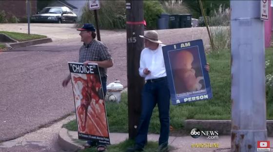 미국 미시시피주의 낙태 반대 운동가들이 낙태 클리닉 앞에서 태아의 모습이 담긴 피켓을 들고 시위하고 있는 모습. [사진 ABC뉴스]