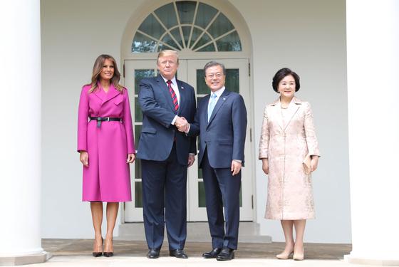 한미정상회담을 위해 워싱턴을 방문한 문재인 대통령 내외가 11일(현지시간) 도널드 트럼프 미 대통령 내외의 안내를 받으며 회담장으로 이동하고 있다.