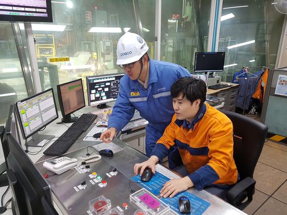 포스코 제철소 도금공장 운전실의 전경. 생산 과정을 확인할 수 있는 모니터가 길게 늘어서 있다. [사진 포스코]