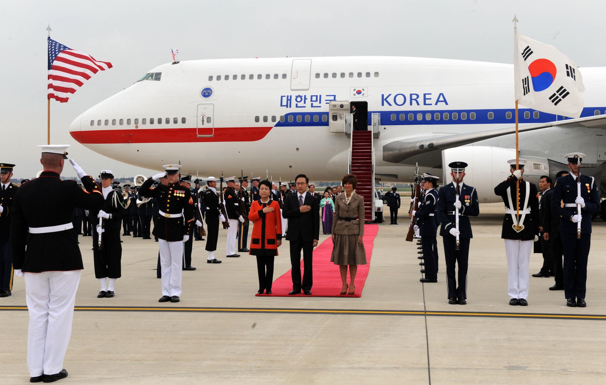 미국을 국빈방문한 당시 이명박 대통령과 김윤옥 여사가 2011년 10월 11일 오후(현지시간) 미 워싱턴 앤드루스 공군기지에 도착, 의장대 사열을 받고 있다.청와대사진기자단