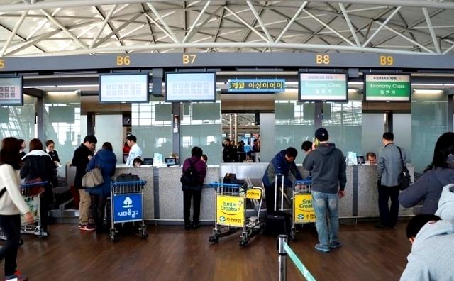 비상구 좌석은 출발 당일 공항의 체크인카운터에서 배정한다. [중앙포토]