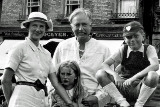 페기 구겐하임(좌)과 남편 로렌스 베일(가운데), 그리고 자녀들. [사진 the Gibbes museum of art]