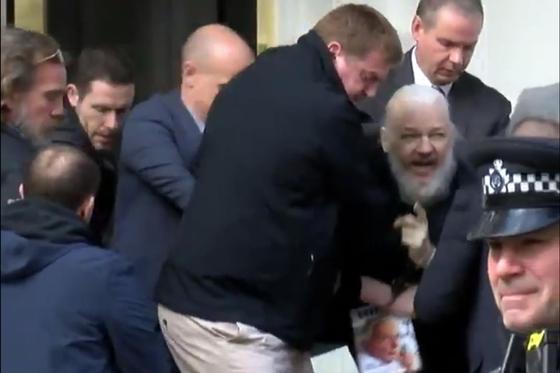 11일(현지시간) 7년간 은신해 있던 런던 주재 에콰도르 대사관에서 영국 경찰들에 의해 끌려나오고 있는 '위키리크스' 설립자 줄리안 어산지. 현장에 있던 러시아 국영 매체 RT 계열 마이너 방송사 러프틀리(Ruptly)가 이날 체포 장면을 독점으로 포착했다. [Ruptly 동영상 캡처]