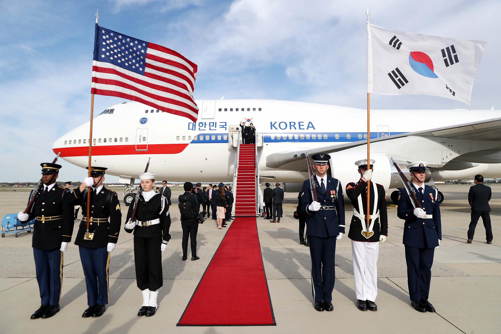 문재인 대통령이 한미정상회담을 위해 11일 오전(현지시간) 미국 앤드루스공항에 도착해 인사하고 있다. 사진 오른쪽 위 의장대의 태극기 파란색 부분이 하늘색이다. 강정현 기자