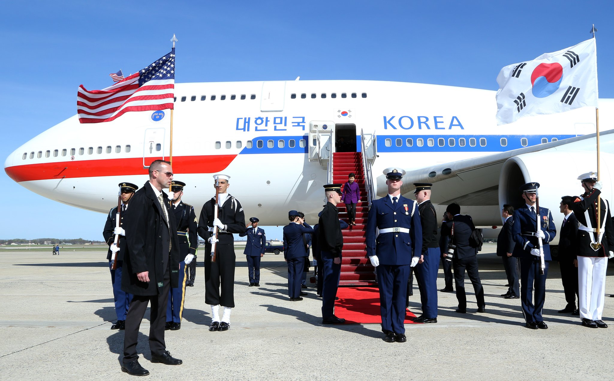 지난 2016년 3월 30일(현지시간) 오후 박근혜 당시 대통령이 핵안보정상회의 참석을 위해 미국 워싱턴DC 인근 메릴랜드주 세인트 앤드류스 공군기지에 도착하고 있다.김상선 기자