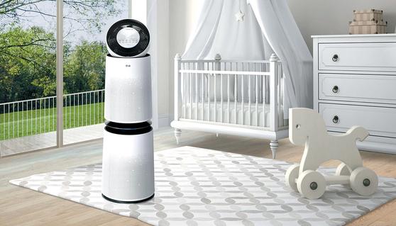 퓨리케어 360도 공기청정기에는 PM1.0 센서가 있어 극초미세먼지까지 감지하고, 공기 질에 따라 맞춤 청정 모드를 가동할 수 있다.